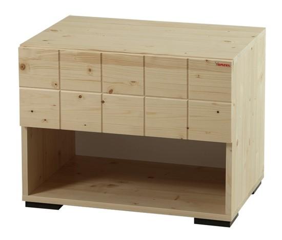 Dřevěný noční stolek k postelím Hanny.